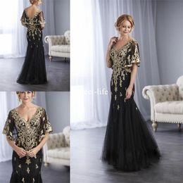 Mãe noivo vestidos de s vereta pescoço on-line-Elegante 2020 Sereia Mães Vestidos V Neck Manga Curta Sem Encosto de Ouro Laço Apliques de Tule Até O Chão Mãe da Noiva Noivo Vestidos