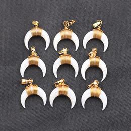 Horns shells en Ligne-Minuscule double corne Crescent Moon White Shell Pendentifs - avec breloques bord or plaqué en gros