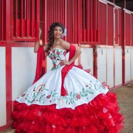 2019 grânulos de bordado de baile de quinceañera 2017 Sexy Red White Satin Ball Gowns Bordados Quinceanera Vestidos Com Beads Doce 16 Vestidos de 15 Anos Vestidos de Baile QS1003 grânulos de bordado de baile de quinceañera barato