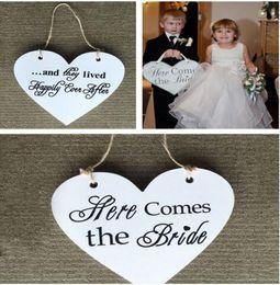 """Zeichen fotos online-Herzform """"Hier kommt die Braut"""" Blumenmädchen Zeichen Doppelbuchstaben Vintage Shabby Chic Hochzeit Zeichen Party Foto Requisiten Hochzeit Kulissen"""