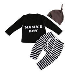 chapeaux de t-shirts en gros Promotion Mikrdoo Mode Bébé Vêtements Costumes Noir Mama's Boy T-shirt Solide Chapeau Pantalon Rayé 3pcs Ensembles Tenues Coton Enfants Vêtements Décontractés En Gros