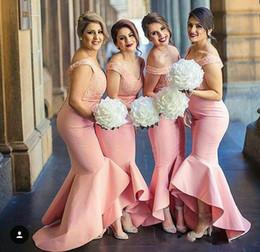 Argentina Nueva moda rosa alta baja sirena vestidos de dama de honor 2017 encaje fuera del hombro satinado vaina vestidos de dama de honor más tamaño boda vestidos de invitados supplier mermaid hi low wedding dresses Suministro