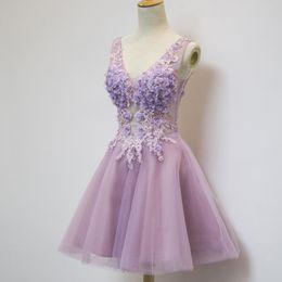 светло-фиолетовые платья возвращения домой Скидка Лаванда короткие платья партии 2018 Homecoming платья линия V шеи 3D цветы кружева аппликации с бисером и стразами светло-фиолетовый платье