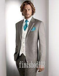 2019 tuxedo peggiorato dello sposo All'ingrosso-moda due pulsanti grigio chiaro sposo smoking groomsmen da uomo abiti da ballo da sposa su misura (giacca + pantaloni + vest + cravatta) K: 65