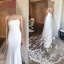 Vestido de novia sin espalda columna de la vaina sexy online-Columna blanca Barrido Tren Encaje Apliques Backless Funda Vestidos de novia Moda por encargo Sexy vestido de boda puro