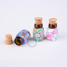 Campione grammi grammi online-Mini bottiglia di sughero di vetro 0.5pcs / lot bella + bottiglia del fiore di Desigh del polimero decorato 0,5 grammi Vaso dell'esposizione del campione Colori misti