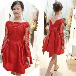 2019 vestidos griegos rojos Impresionantes vestidos cortos de dama de honor para jóvenes Rojo Una línea Sheer Bateau Escote Ilusión Mangas largas Encaje Apliques Top Vestidos de fiesta de baile Vestidos de arco