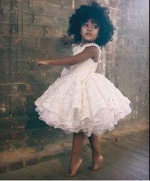 2019 schwarze weiße blumen mädchen kleid Herrliche weiße Spitze-Blumenmädchenkleider 2016 Rüschen knielangen Black Girls Prom-Partei-Kleider für Kinder Formal Wear nach Maß Baby-Kleider rabatt schwarze weiße blumen mädchen kleid