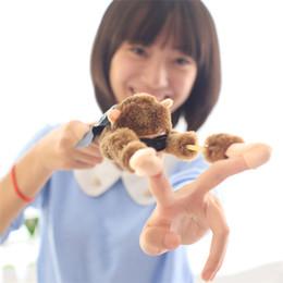 2019 12 monos Moda volando mono gritando volar juguetes dedo dedo slingshot mono juguetes de peluche juguete de la novedad envío gratis B0783 12 monos baratos