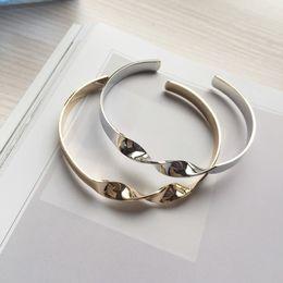 neue armbänder Rabatt Europa und die Vereinigten Staaten einfachen Twist glatte Öffnung Armband Metallüberzug Armband C - Typ Armreif Hersteller neue Stil