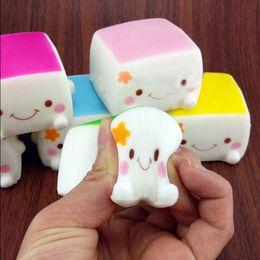 2019 ollas de juguete de metal Al por mayor-Kawaii Jumbo Toast Squishy Mano Almohada Pan Aroma Juguetes Colorido Chino Tofu Adorable Expresión Sonrisa Cara Juguetes divertidos