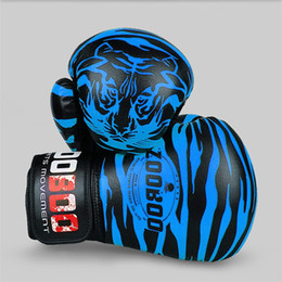 Бокс поезда онлайн-1 Pair PU Tiger Pattern Boxing Gloves Professional Sanshou Thai Kickboxing Gloves training Fighting Protective Full Finger Glove