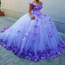 Bola púrpura vestidos de fiesta online-Vestido de bola púrpura vestidos de quinceañera con flores hechas a mano fuera del hombro Vestido de novia tren largo Lace Up espalda vestidos formales Vestido de fiesta