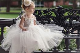 Dresse da flor branca on-line-Cinta branca bonito Tulle Lace Flower Girls Dresse fora do ombro até o chão sem encosto Little Girls vestido para casamentos primeiro vestido de comunhão