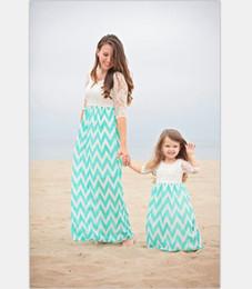 Encaje de chevron online-2017 nuevo diseño de verano madre e hija de encaje empalme vestido chevron mamá y yo vestido de fiesta en la playa sundress