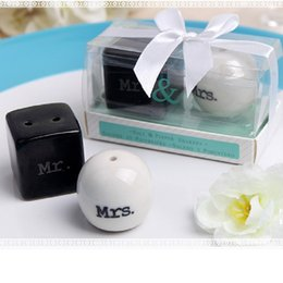 Wholesale Salt Pepper Shaker Wedding Gift - 2pcs set Cube Cylinder Ceramic Mr. & Mrs. Salt Pepper Shakers White Black Shaker Reception Party Gift Wedding Favor wa3203