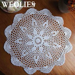 Pizzi online-Wholesale- 37CM ​​Round Lace Hand Centrino all'uncinetto Placemat Vintage Coasters floreali Casa Coffee Shop Gadget da tavolo decorativi