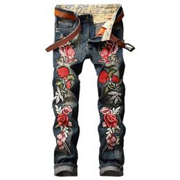 Remendo do motociclista do bordado on-line-Atacado-GMANCL Personalidade Bordado Beleza Emblema Patch Flores Rasgado Calças de Brim Afligidas Homens Motociclista Jeans Hip Hop Denim Calças Casuais Homens