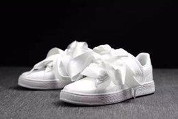 Bandas de pajarita blanca online-Alta calidad pajarita de gamuza cesta corazón satinado negro blanco y rosa zapatos planos zapatos casuales de seda con arco arco diosa zapatos 36-40