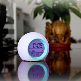 Radios de escritorio online-Noche colorido brillante reloj al por menor nuevo LED colores cambio Digital despertadores para dormitorios y escritorio de oficina venta caliente 15gf R