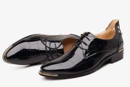 Мода мужская кожаная обувь зашнуровать мода мужской зашнуровать заклепки красное платье обувь черный и коричневый цвет красовки тенис Masculino Adulto cheap color rivet shoes от Поставщики цветные заклепочные башмаки