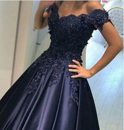 2017 vestido de baile azul marinho árabe formal vestidos de baile fora do ombro frisado lace apliques princesa vestidos de noiva colorido de Fornecedores de vestidos de cocktail branco para casamentos