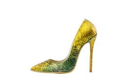 Sapatos de estilete de pele de cobra on-line-Clássico Snakeskin Estilo Fino Salto Alto Ouro Verde Cor Misturada Mulheres Bombas de Couro Em Relevo Senhora Sapatos Sexy Stiletto Do Partido Sapatos