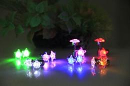 Luces de navidad de coral online-Directo de fábrica LED luz electrónica intermitente pendientes de diamantes pendientes joyas coreanas venta al por mayor luminoso Navidad