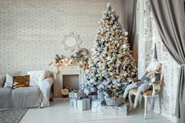 Feliz Natal Xmas Fotografia Backdrops Parede de Tijolo Computador Impresso Árvore de Natal com Bolas de Prata de Ouro Caixas de Presente Crianças Boneca Foto de fundo de