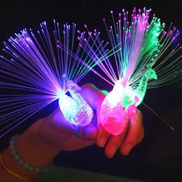 2019 lampeggiante tasto di ricerca leggera 1 pz Peacock Finger Light Colorful LED Light-up Anelli Gadget per bambini Kids giocattolo intelligente per il regalo del partito - Colore casuale