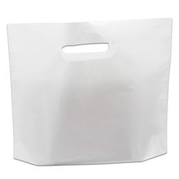 Sacchetti di regalo in plastica bianca online-Borsa da shopping in plastica bianca 50Pcs / Lot con manici e accessori per abbigliamento in plastica