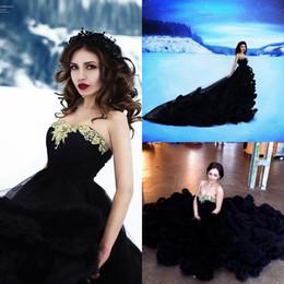 Vestido de casamento para grávida preta on-line-Único preto gótico vestido de baile vestidos de casamento strapless com apliques de ouro em camadas saias de tule vestido de noiva grávida longo trem