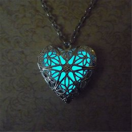 Pendenti dei monili di glow online-12pcs / lot Collana Glow In The Dark Heart, gioielli Fantasy Glowing Hear Locket Pendant Silver Heart