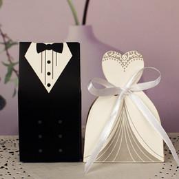 Decorazioni in tuxedo online-100Pcs Casi regalo nuziale Groom Tuxedo Dress Gown Ribbon Bomboniere Candy Box Sugar Case Decorazione di nozze mariage casamento