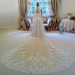 Velo largo de la iglesia online-Precioso apliques de una capa de largo velo de novia con borde de encaje iglesia tul barato velo de la boda accesorio de la boda envío gratis en stock