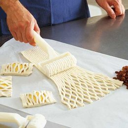 Wholesale Pizza Biscuits - Wholesale- The new plastic netting round knife dough bread pastry biscuit pizza baking cake baking process of hob lattice kitchen tools