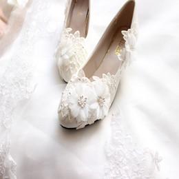 2019 pattini bianchi del tallone di 3cm Nuovo arrivo perle pizzo fiori bianchi scarpe da sposa appartamenti 3CM-8CM tacchi da sposa con cinturino di perle punta a punta tacco con l'alta qualità sconti pattini bianchi del tallone di 3cm