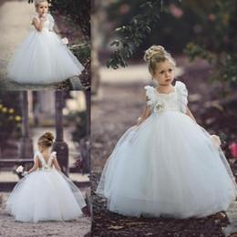 Abito da sposa boho di tulle increspato online-2019 Sweet White Ball Gown Flower Girls Dress Ruffle Skirt Puffy Tutu in pizzo Appliqued Boho Wedding Vintage Beach Little Baby Abiti DTJ