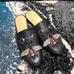 Canada 2017 Luxe Pantoufles En Cuir Véritable Marque De Mode Femmes Mules En Cuir Plat Abeille Brodé Pantoufles Mode Diapositives Chaussures Été Éraflures M21 cheap embroidered shoes women Offre