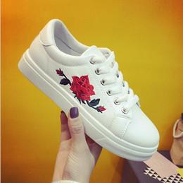 Nouvelle marque designer chaussures femme fashion rose fleur broderie creepers noir / blanc en cuir appartements femmes plate-forme chaussures ? partir de fabricateur