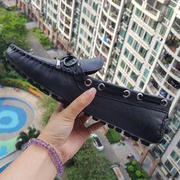 Ventas calientes mejor calidad de cuero real de los holgazanes de los hombres diseñador de zapatos de cuero suave plana zapatos casuales de lujo Breatha barco zapatos 40-45 desde fabricantes