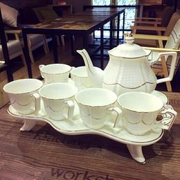 Teiera in ceramica minimalista in stile europeo ambientata a casa soggiorno mobile tv raffinati motivi dorati decorazione di lusso Bone china artigianato A da
