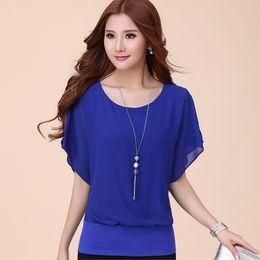 2019 blusa de moda azul S 5XL moda Chiffon Blusa Mulheres Tops Verão Plus Size Ruffle Batwing Manga Curta Casual Camisa sólida Preto Branco Vermelho Azul blusa de moda azul barato