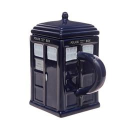 Чашки воды Доктор Кто: Тардис кружка Керамическая кружка со съемной крышкой Кубок Londres полиции синий с розничной коробке от Поставщики пиратские стаканы