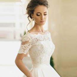 Scialle da sposa di lusso online-Di lusso al largo della spalla bianca manica corta in rilievo pizzo nozze 2018 cerniera scialle da sposa Giacche Accessori da sposa