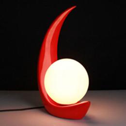 Lámpara de mesa roja online-Creative Kids Art lámpara de mesa de resina lámpara de dormitorio negro / rojo AC85-265V 3W lámpara de cabecera de iluminación la luna roja