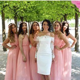Vestido de dama de honor largo rosa bohemio online-Vestidos de dama de honor bohemios Vestidos de fiesta de invitados de boda en el campo Long Beach Vestido de fiesta Halter barato Blusa de gasa plisada Rosa más el tamaño