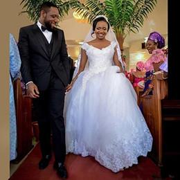 Vestido de boda del vestido de bola del cordón africano modesto 2018 Profundo cuello en V Barrido Apliques de tren Vestidos de novia árabe con cuentas de cristal más tamaño desde fabricantes