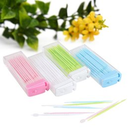 Canada 50pcs / packs cure-dents en plastique brosse cheveux en boîte portable respectueux de l'environnement sans odeur propre cure-dent en plastique aucune odeur particulière soie dentaire Offre