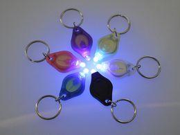 Deutschland Neue Großhandelsart 395-400NM LED Keychain Geld-Detektormischungsfarbe 100pcs / lot geben Verschiffen frei Versorgung